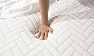 hand pressing on the wright w1.27 mattress cover